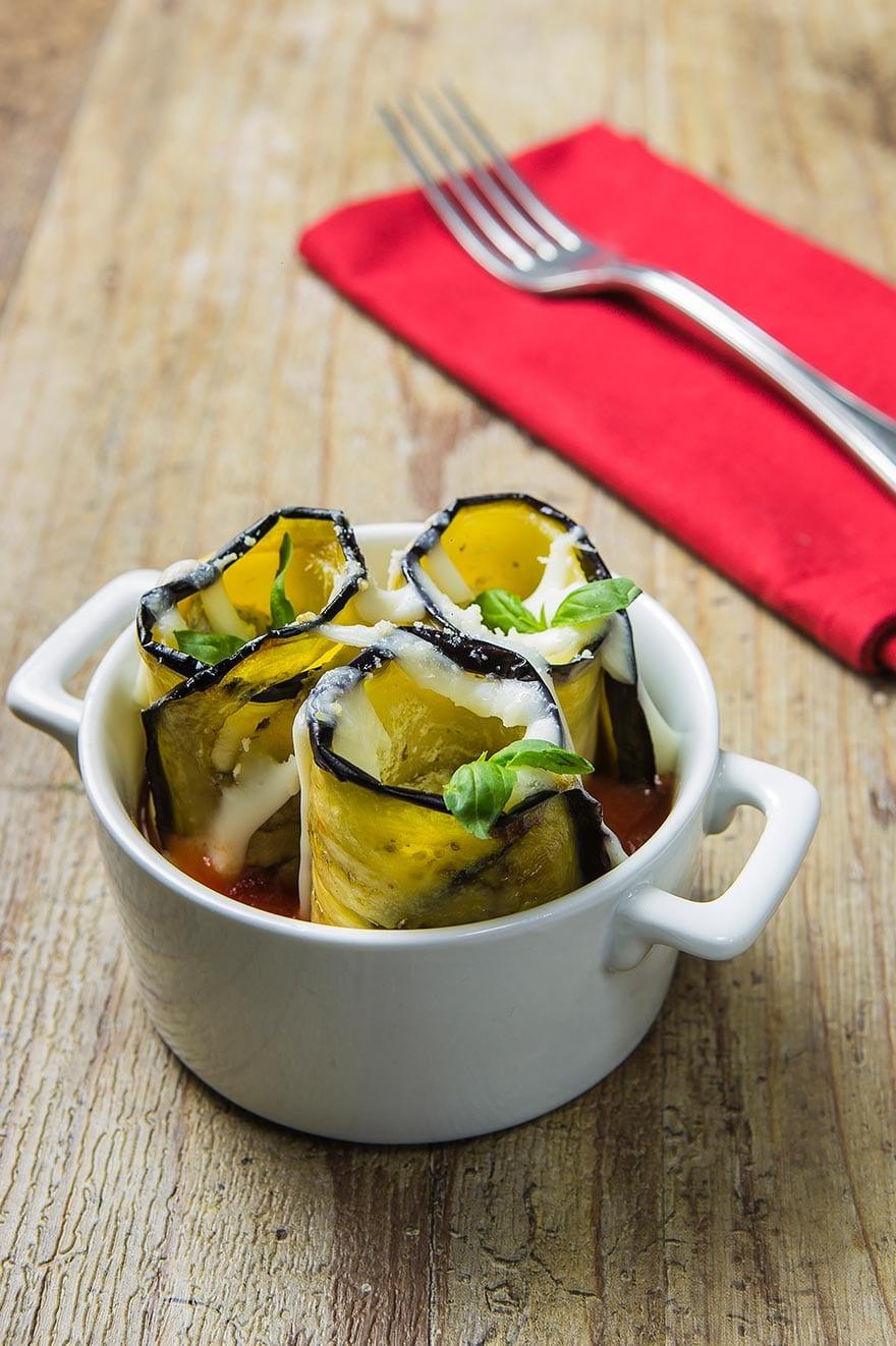 Cocotte di paccheri ripieni, avvolti da melanzane fritte e decorati con besciamella
