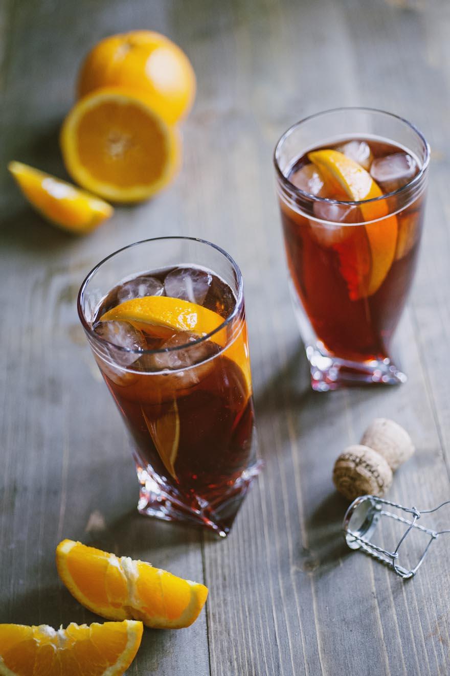 Negroni sbagliato, servito in bicchiere con ghiaccio e fetta d'arancia