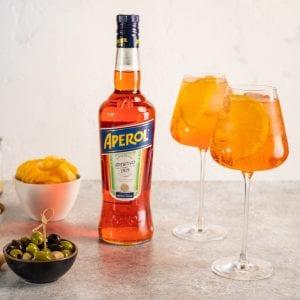 Spritz, servito in calici con ghiaccio e arancia