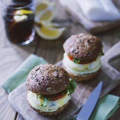 Miniburger di baccalà con maionese al wasabi, servito con lattuga e pomodoro