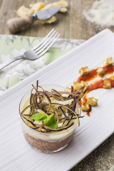 Bicchierini di couscous alla Norma con fonduta di formaggio, originale ed invitante