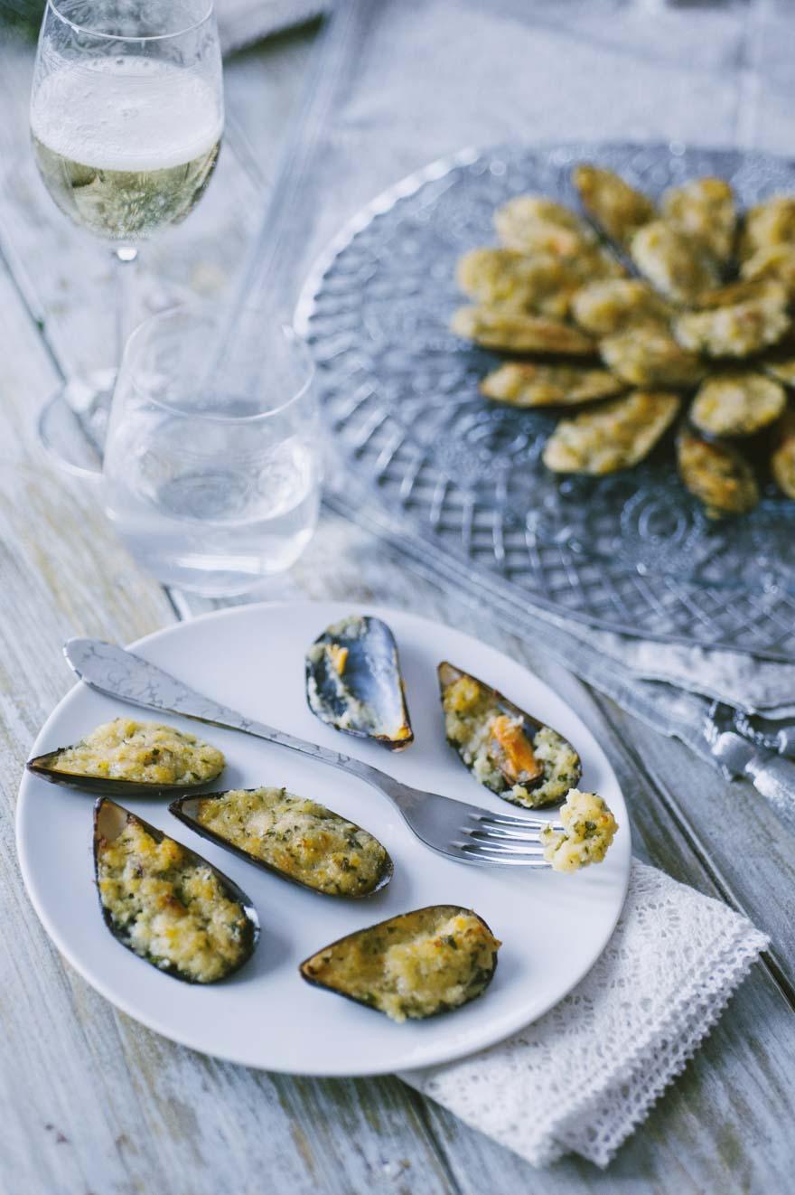 Cozze gratinate, servite su un bel piatto da portata