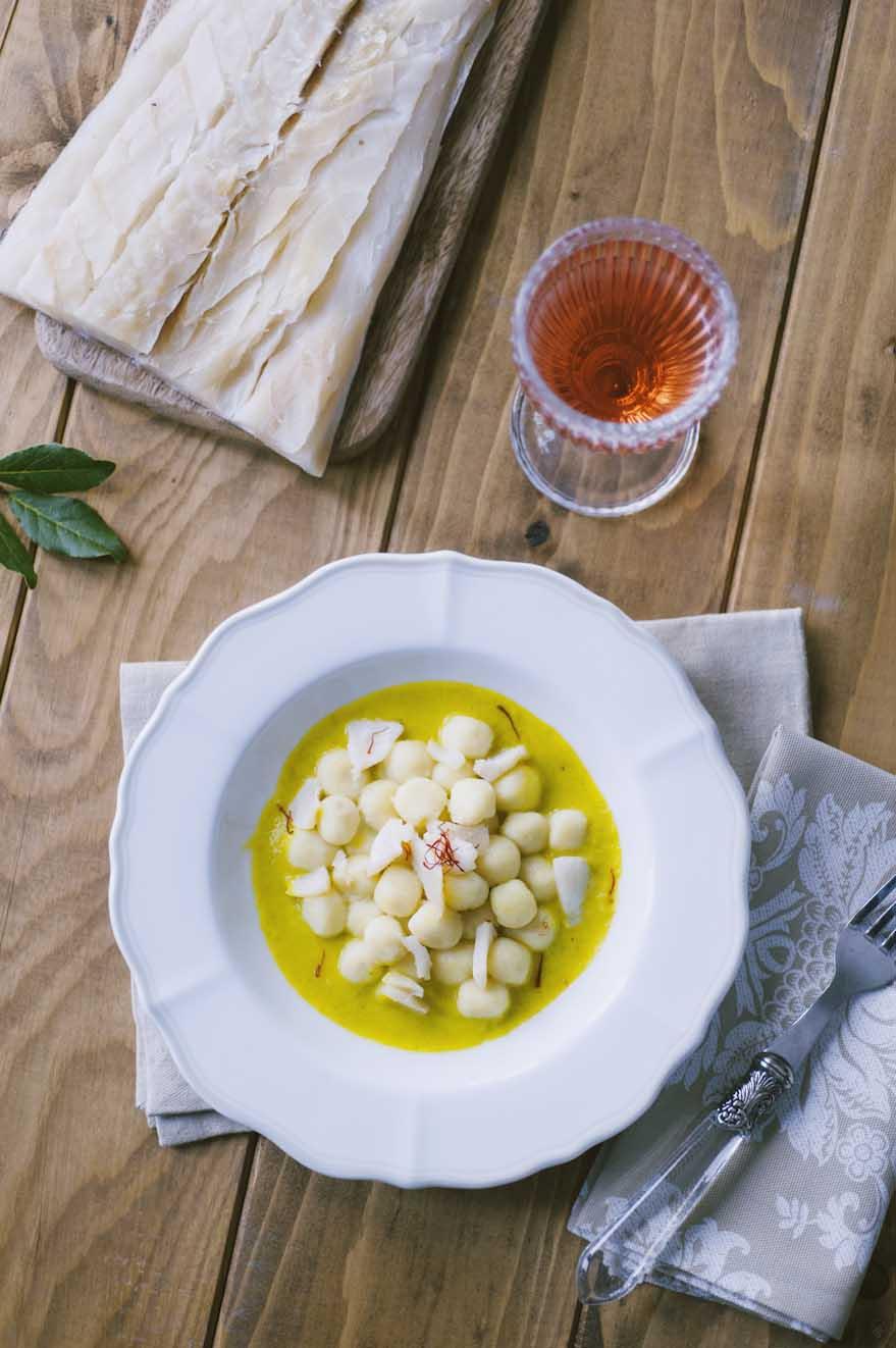 Gnocchetti di baccalà con salsa di cipollotti e zafferano, decorati con zafferano in pistilli