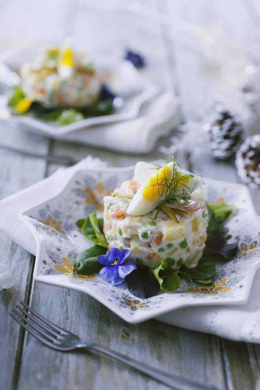 Insalata russa, servita in monoporzione con uova dose e cetriolini sott'aceto