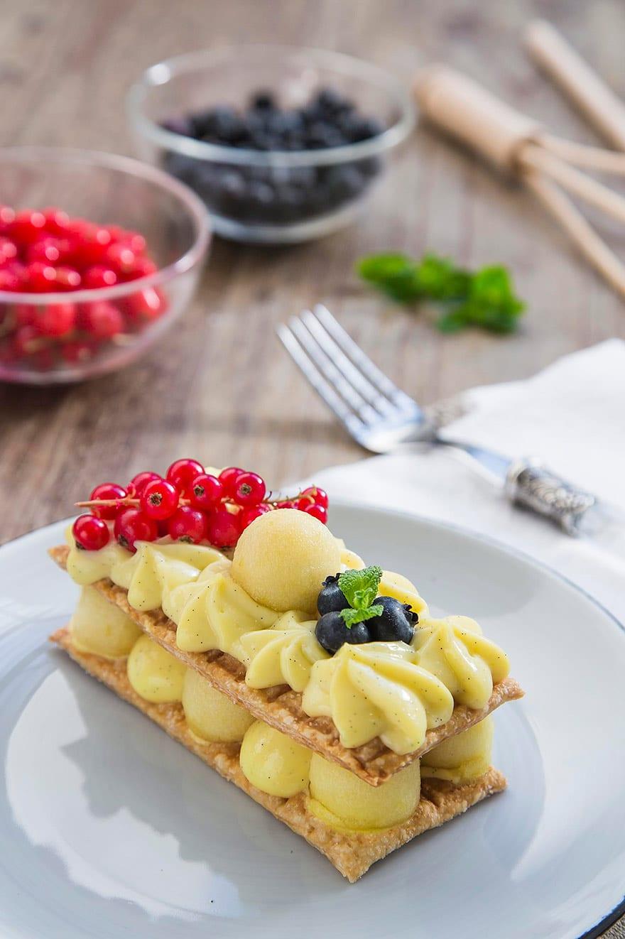 Millefoglie con crema alla vaniglia e mele, decorata con frutti di bosco freschi