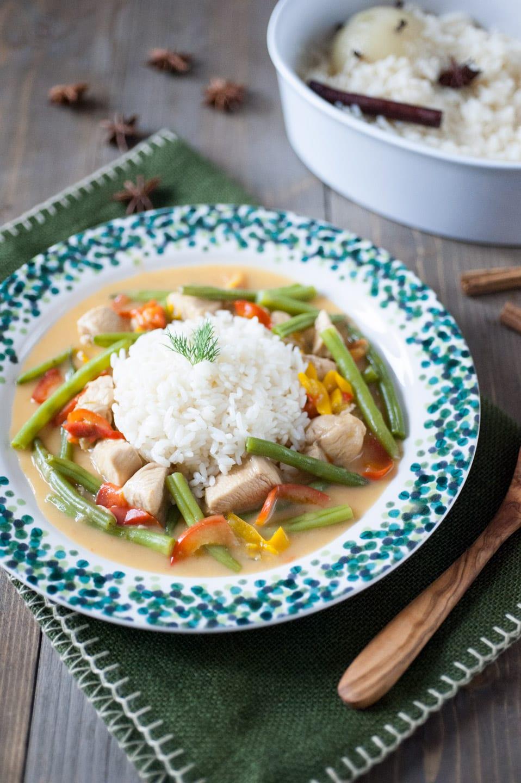 Bocconcini di pollo al latte di cocco e riso pilaf nel piatto pronti per l'assaggio