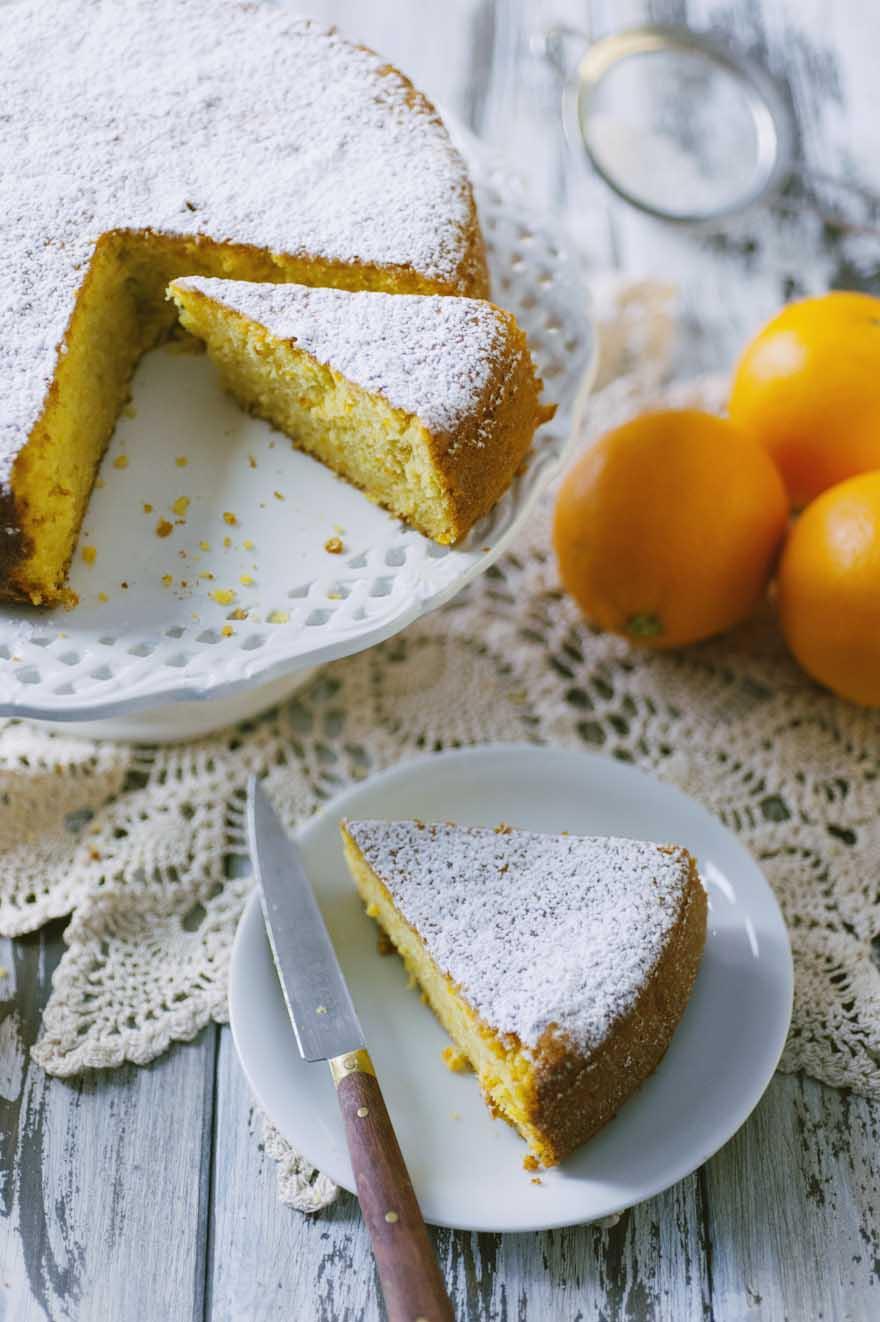 Pan d'arancia, soffice e decorato con abbondante zucchero a velo