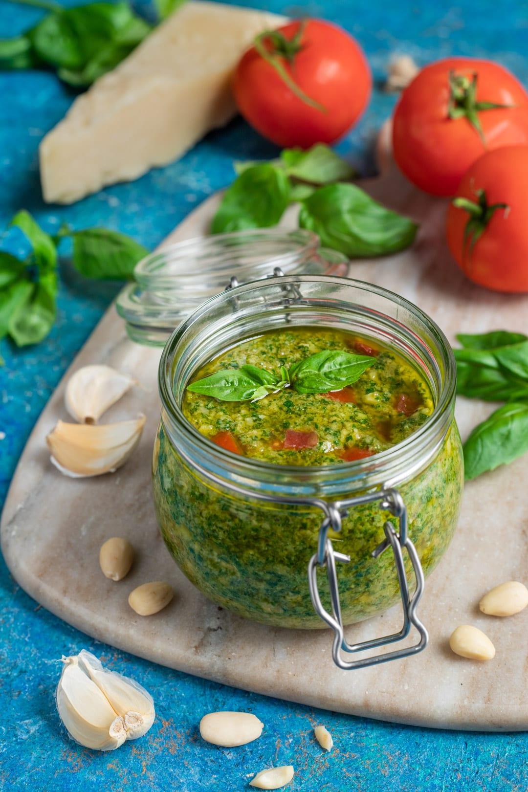 Pesto alla trapanese pronto per condire la pasta