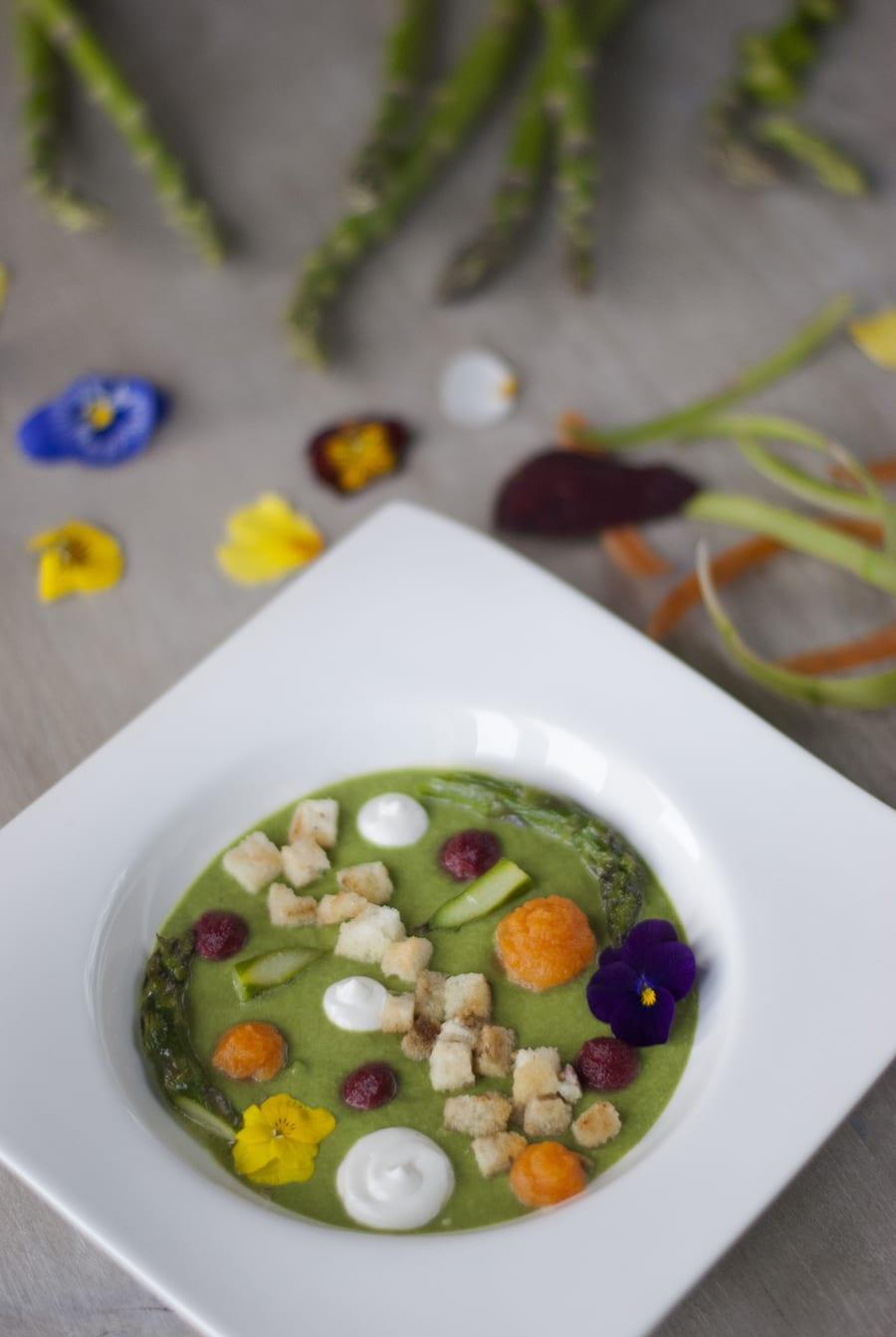 Vellutata di asparagi e spinaci con crema al caprino, arricchita da fiori eduli