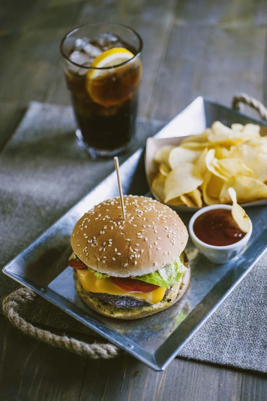 Cheeseburger, classico e saporito pronto da addentare