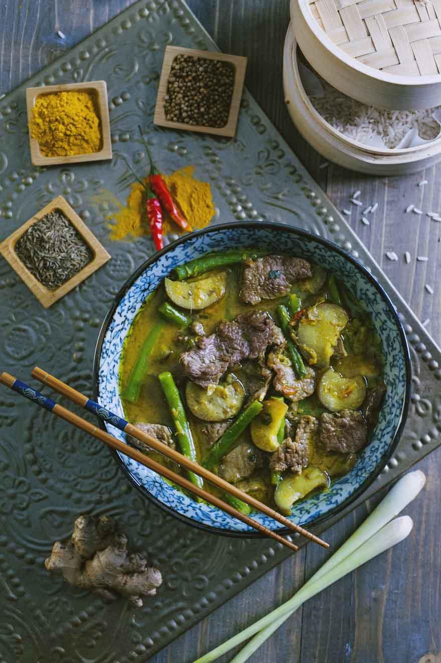 Curry giallo con manzo, servito in una ciotola tipica con tanto di bacchette