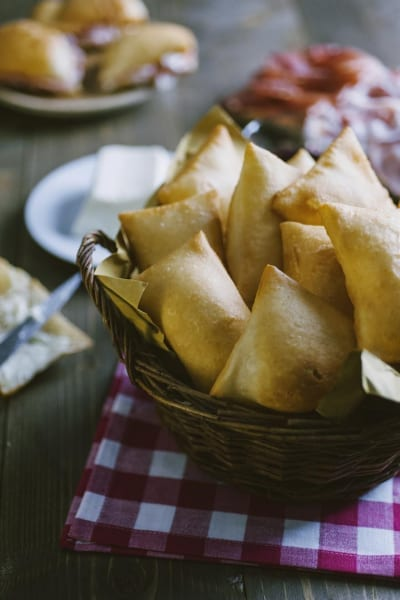 Gnocco fritto, ancora caldo da servire con formaggi e salumi