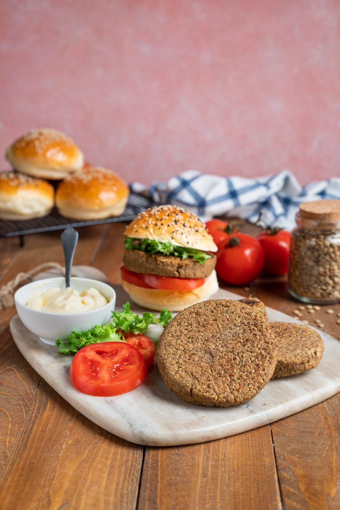 Hamburger di verdure pronto nel piatto con contorno