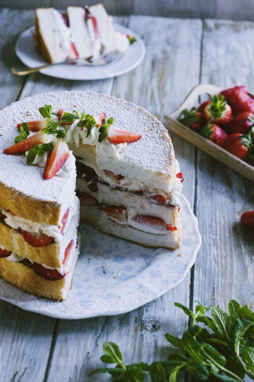 Angel cake , farcita con una delicata crema e fragole fresche