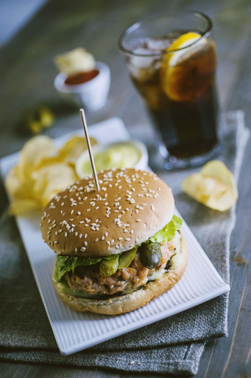 Burger di salmone, succulento servito con patatine
