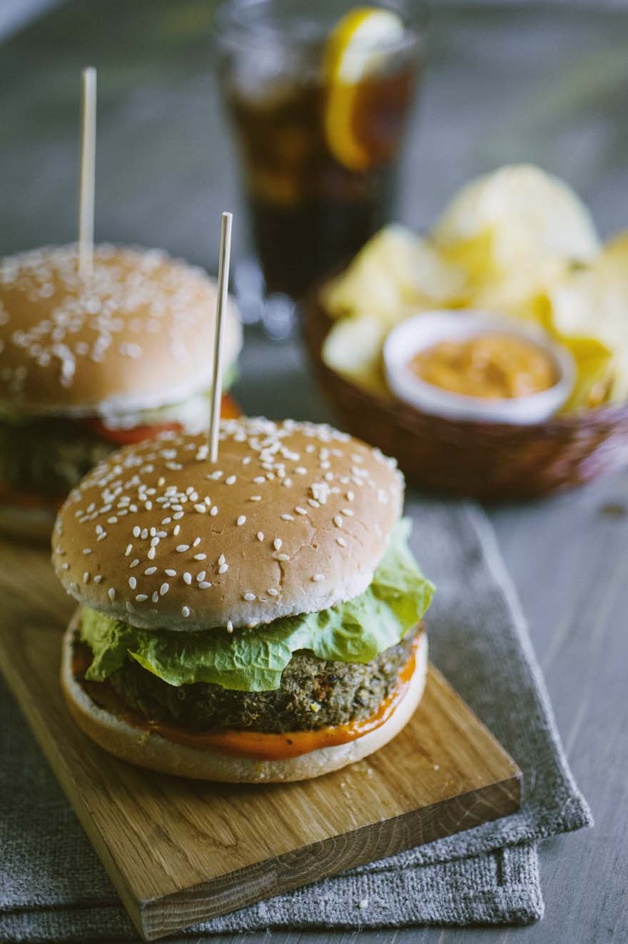Veggie burger, succulento e farcito con insalata e salsa rosa