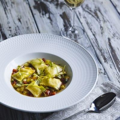 Ravioli senza glutine ripieni con ricotta e spinaci in guazzetto di verdure alla cannella
