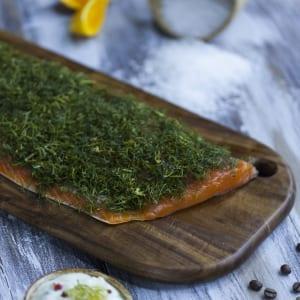 Salmone marinato al sale, accompagnato da una salsa freschissima