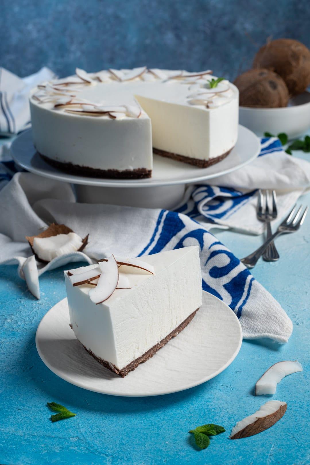 Cheesecake al cocco fetta tagliata e pronta da servire