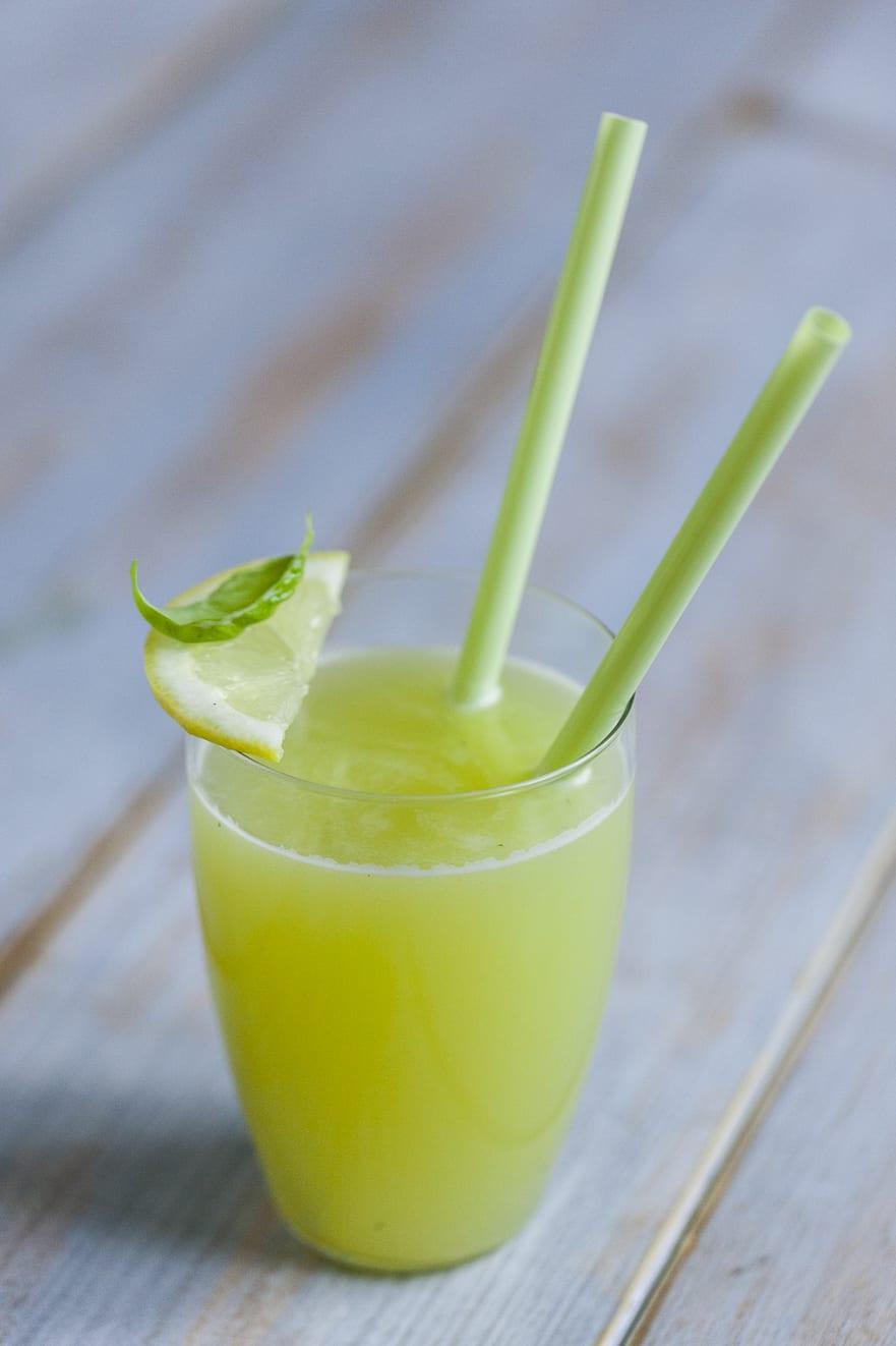 Succo di melone, basilico e limone pronto all'assaggio