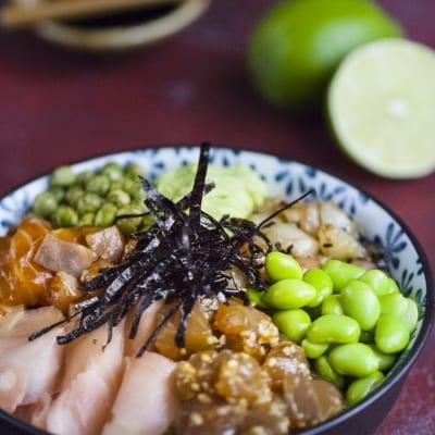 Poke di salmone, tonno e gamberi
