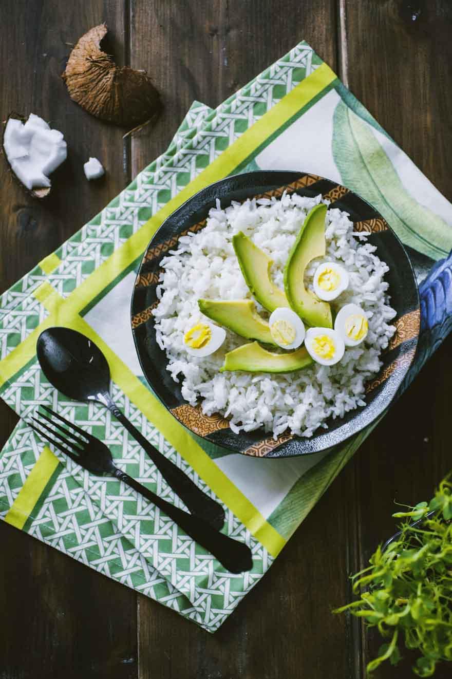 , decorato con uova di quaglia e avocado