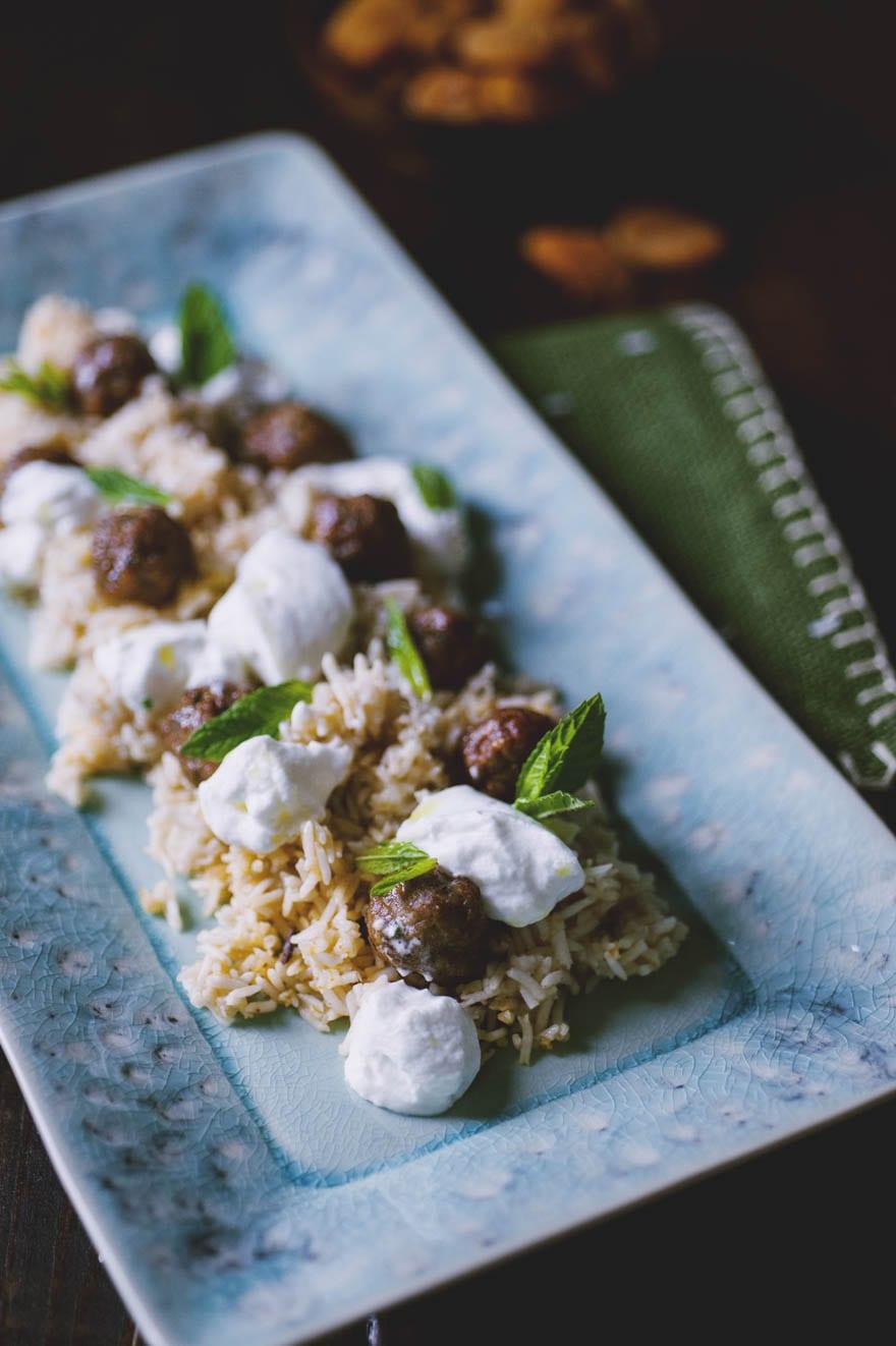 Polpettine di agnello con riso pilaf servite e pronte all'assaggio
