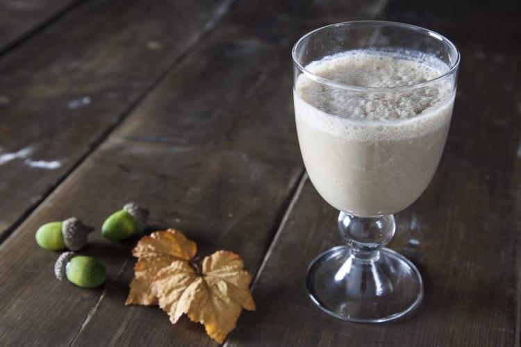 Smoothie di banana, carruba e latte vegetale