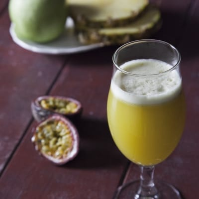 Succo di ananas, mela verde e passion fruit