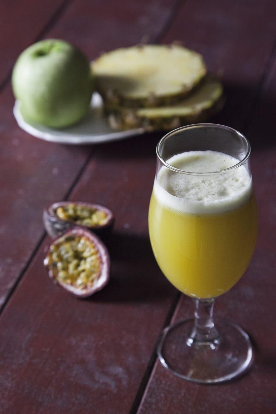 Succo di ananas, mela verde e passion fruit fresco perfetto per la merenda