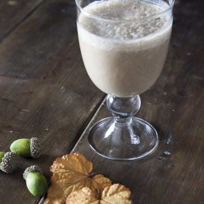 Smoothie di banana, carruba e latte di nocciola