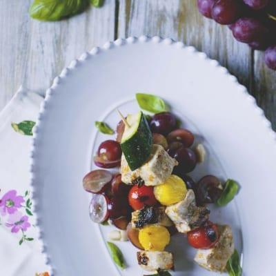Souvlaki di pesce spada con insalata di uva