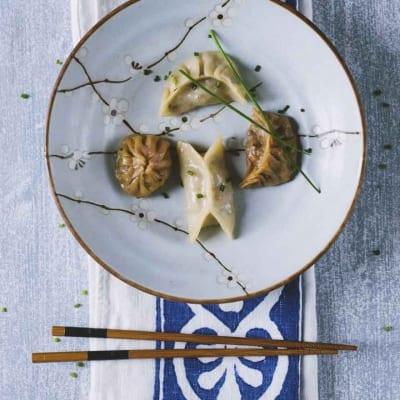 Dumpling serviti con bacchette e salsa di soia