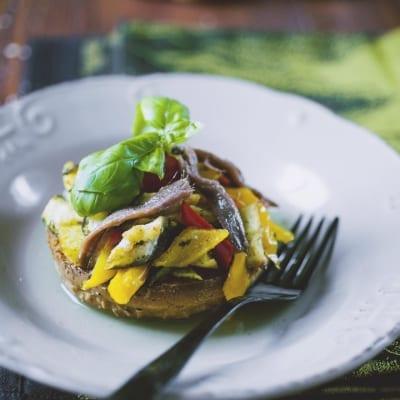 Frisella con caponata di verdure