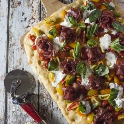 Focaccia con bresaola, pomodorini e stracciatella