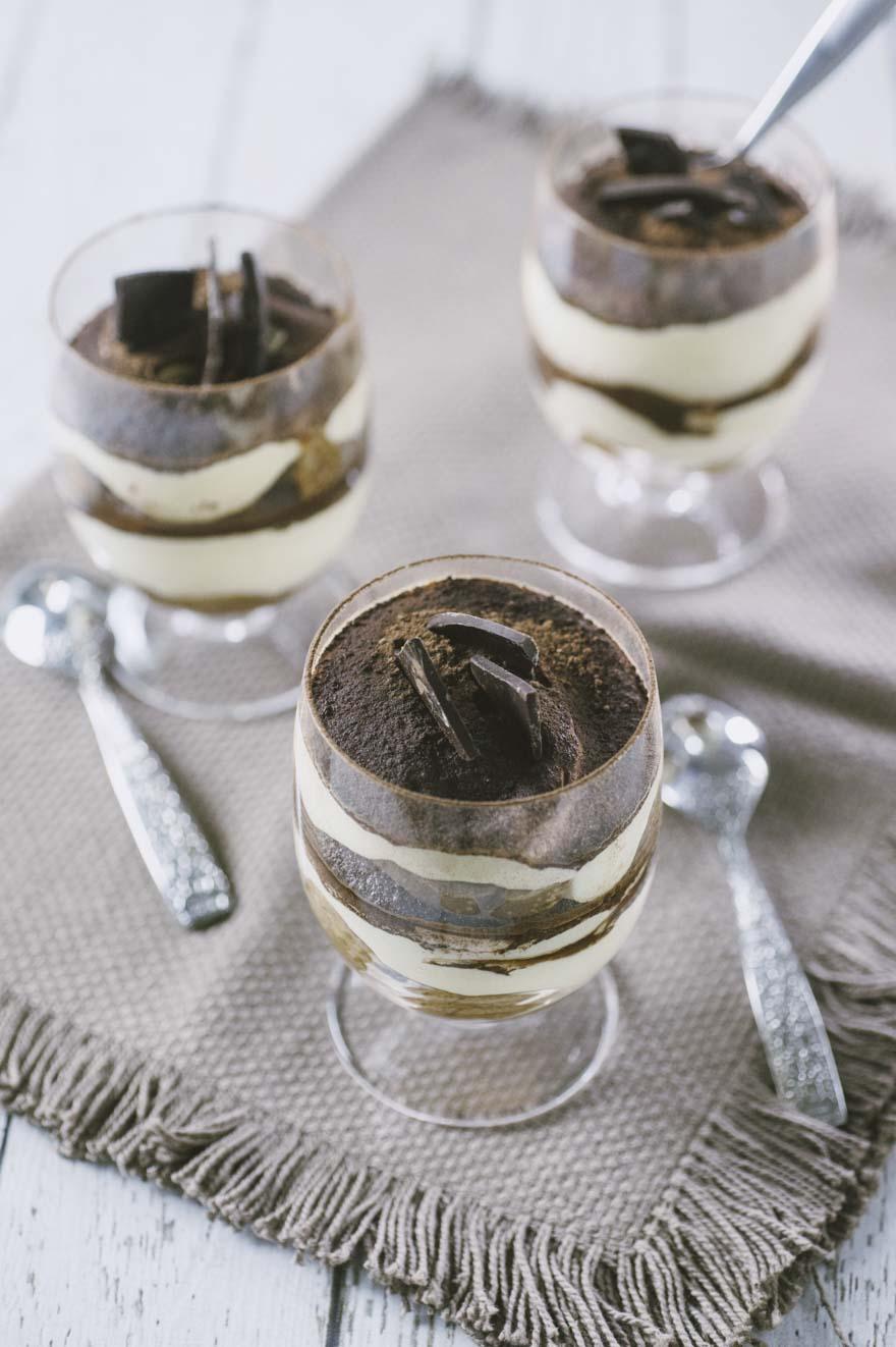 Tiramisu in bicchiere con uova pastorizzate pronte all'assaggio