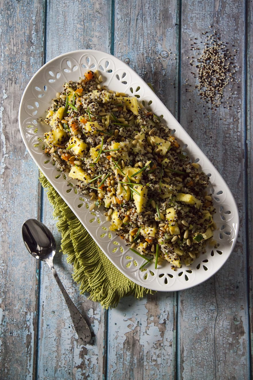 Insalata di quinoa servita e pronta all'assaggio