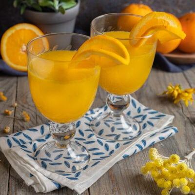 Bicchieri con cocktail mimosa