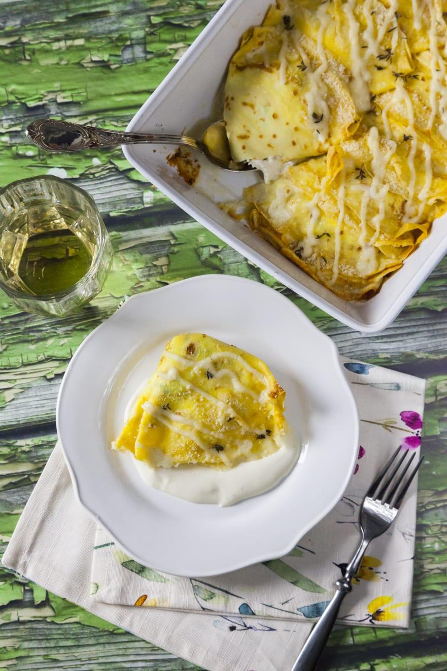 Crespelle con prosciutto e besciamella ripiene di cotto e mozzarella con noce moscata e formaggio grattugiato al forno ricetta veloce e facile