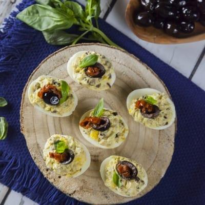 uova ripiene alla greca con olive feta cetriolo pomodori secchi basilico acciughe per antipasti o aperitivi