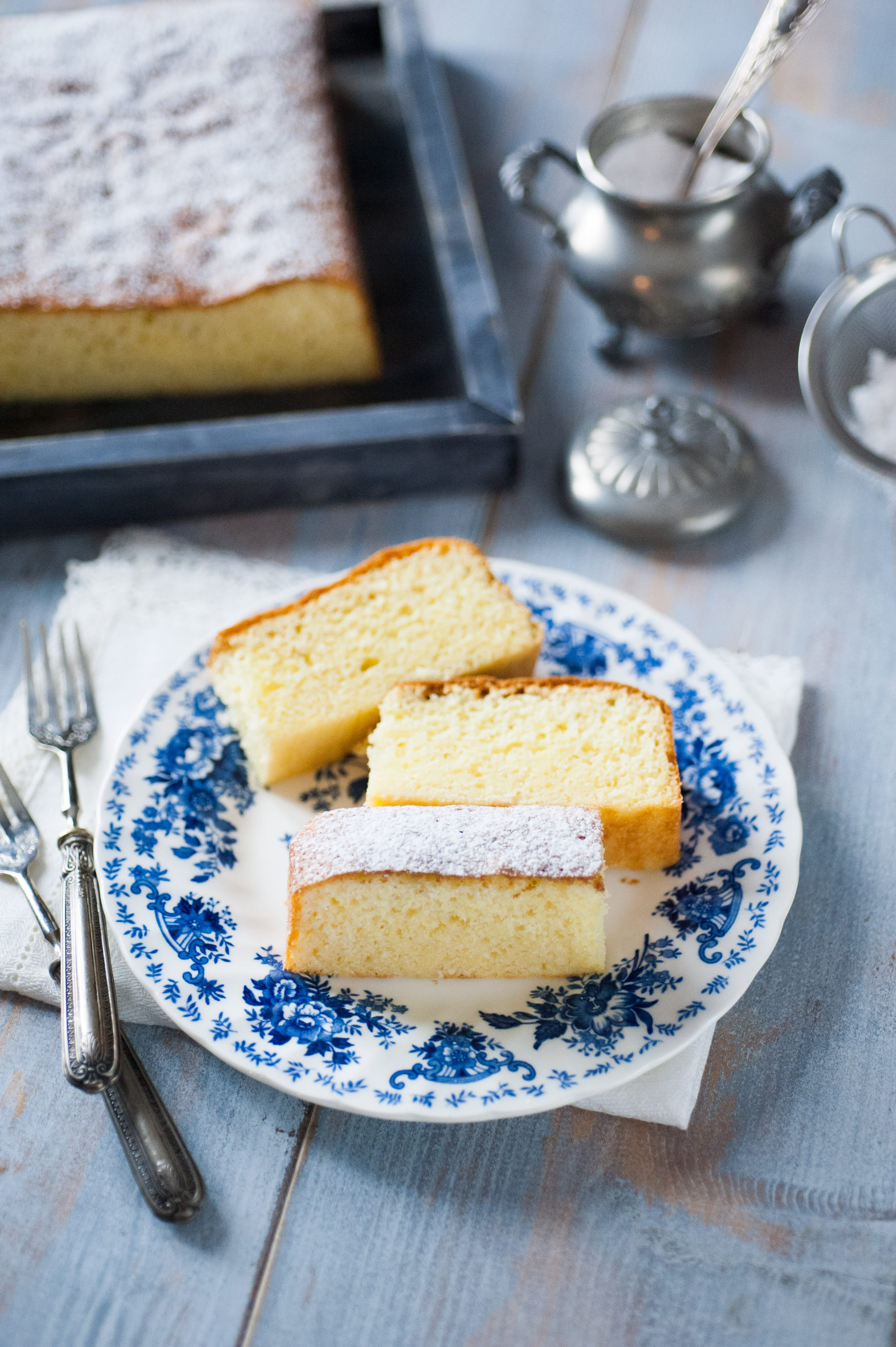 torta al latte caldo soffice e morbida con limone semplice e facile da ricoprire con zucchero a velo