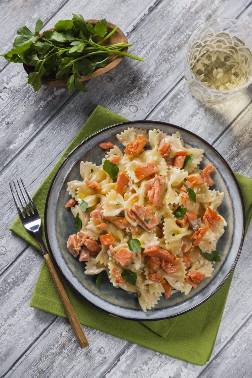 pasta panna e salmone pennette rigate prezzemolo e pomodoro primo piatto cremoso semplice e veloce