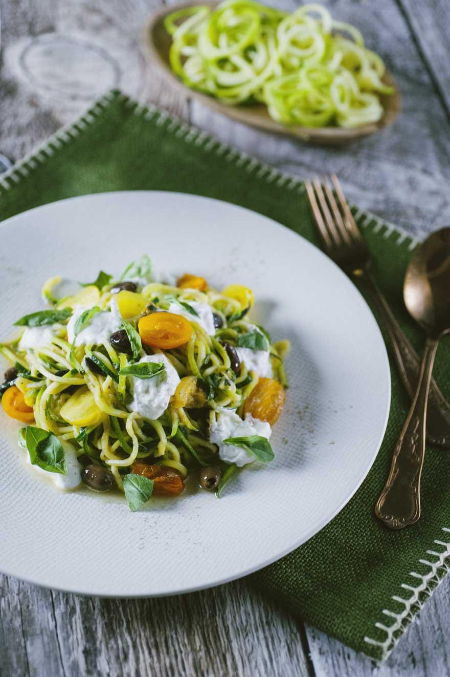 spaghetti di zucchine vegetariani con pomodorini e burrata timo basilico saltati in padella ricetta facile e colorata