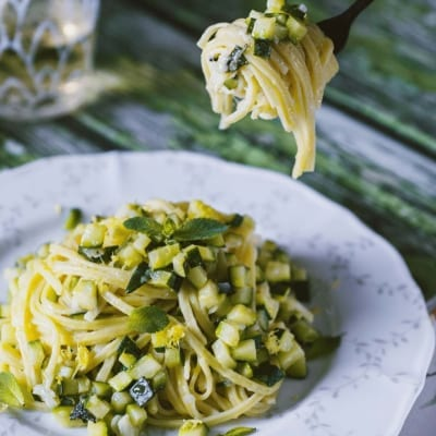 Pasta con zucchine, limone e menta