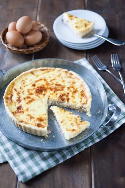 quiche lorraine crepe ripiena di pasta brisè con pancetta e formaggio grattugiato in tortiera da 24 cm cotta al forno