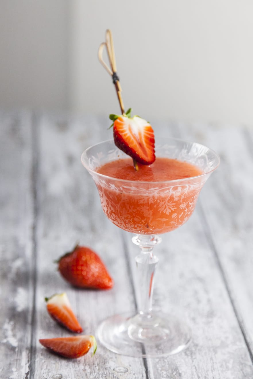 Rossini cocktail, con un delicato spiedino di fragole