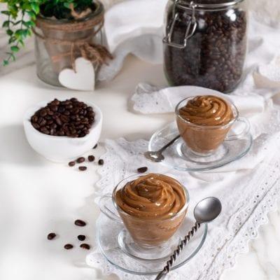 Crema pasticciera al caffè con uova e chicco di caffè ricetta facile e veloce cremosa