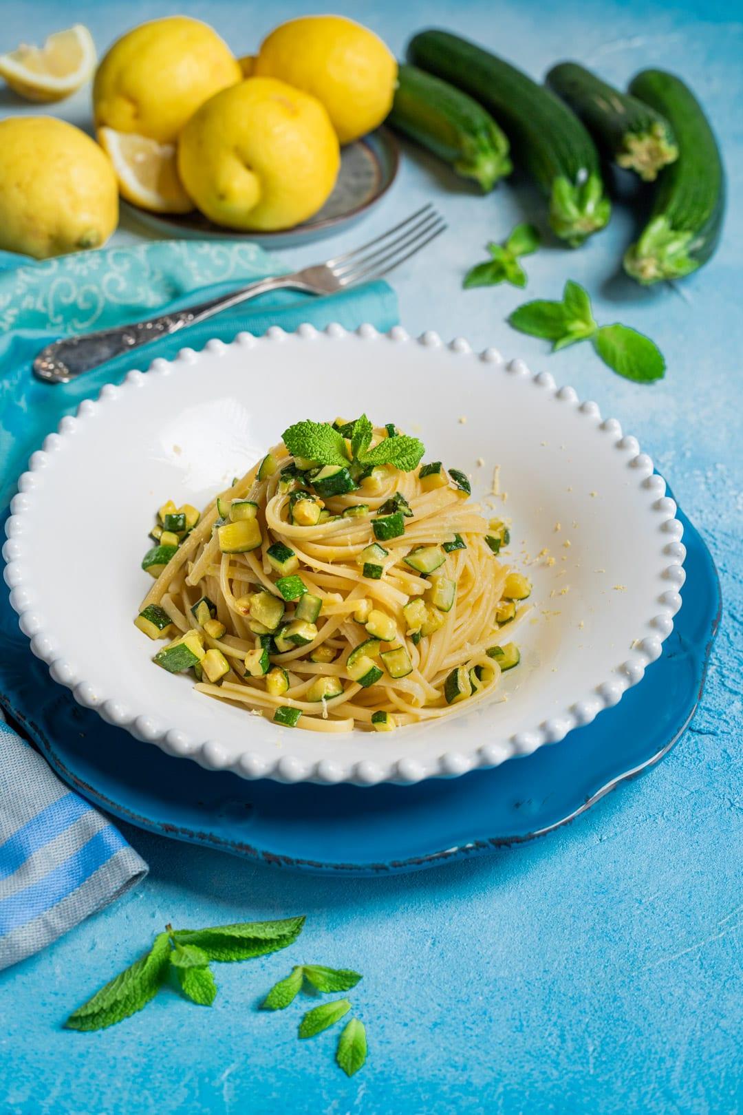 Pasta zucchine, limone e menta pronta per l'assaggio