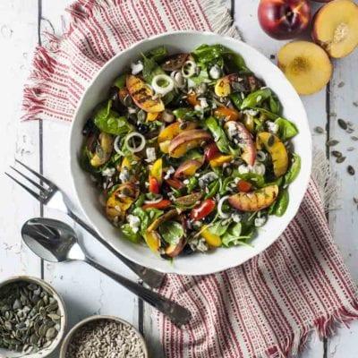 Insalata di pesche, spinacino e gorgonzola piccante