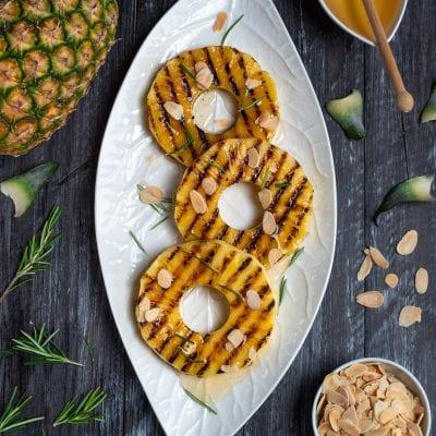 Ananas grigliato con miele, mandorle e cannella